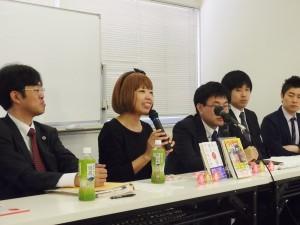 第2回公判後の説明会で話すろくでなし子さん(中央)。(撮影/本誌取材班)