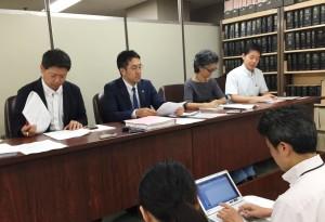 司法記者クラブで会見する新聞労連の役員と今泉義竜弁護士(左から2人目)ら。(撮影/片岡伸行)