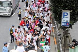 8月23日、「平和」「多様性」などのメッセージを掲げ東京・渋谷をパレードする人々。(写真/渡部睦美)
