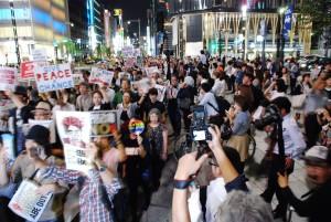 集会後は約2万人がデモ行進した。数寄屋橋交差点付近。(10月2日、写真/林克明)