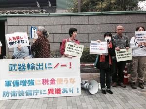 防衛装備庁発足で武器輸出加速に抗議する市民。(10月1日、東京・新宿。撮影/満田夏花)