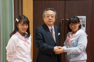 小林節氏(中央)と「制服向上委員会」メンバー中の二人。(10月26日・東京都内。写真/横田一)