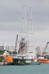 那覇新港に停泊する「虹の戦士号」。(提供/グリーンピース・ジャパン)
