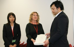 署名を手渡すタマラ・スターク氏(中央)と小松原和恵氏(左)。(撮影/斉藤円華)