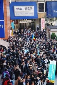 1月5日の東京・京王線新宿駅前は、5000人の参加者でぎっしり。(撮影/林克明)