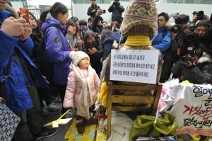 1月6日、在韓日本大使館前。少女像の背には「私はここを動きたくない。世界女性のみなさん、私の恨(ハン)を解いてください」などと書かれている。(撮影/冨田きよむ)