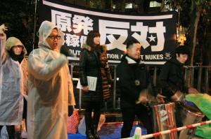 雨の中、首相官邸前で高浜原発の再稼働に抗議する市民。(1月29日、撮影/斉藤円華)