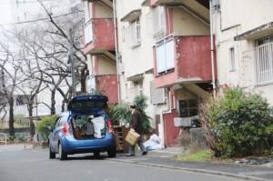退去期限の1月30日を前に霞ヶ丘アパートで引っ越し作業をする人。(1月29日。撮影/永尾俊彦)