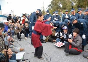 キャンプ・シュワブ前。三線の演奏に合わせて琉球舞踊を舞う源啓美さん。(3月4日、沖縄・辺野古にて。撮影/石川文洋)