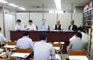 新聞3社提訴で会見する佃さん(右から2番目)、弁護団、筆者(一番右)。2013年8月2日、東京・司法記者クラブで。(提供/浅野健一)