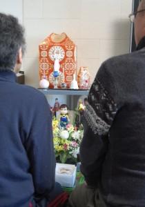 書類送検の知らせを受け、Mさんの遺骨に手を合わせる両親。(撮影/木村嘉代子)