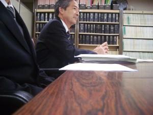 男性教諭(手前)らと「都教委は上告しないように」と訴える加藤文也弁護士=2016年3月24日、東京・霞が関の東京高裁。(撮影/池添徳明)