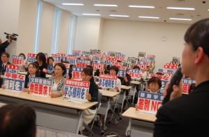 朝鮮学校の生徒の母親らは、不当な差別に一斉に抗議した。4月8日、東京・永田町にて。(写真/星徹)