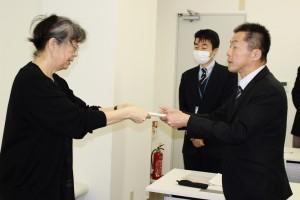 東電復興推進室塩原副室長に抗議書を提出する武藤類子さん(左)。(撮影/藍原寛子)