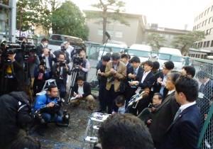 判決後に記者団の取材に応じる弁護団、4月8日、宇都宮地裁脇の路上で。(撮影/浅野健一)