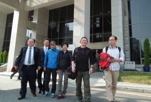 大田高裁を出る渡辺氏(右から2人目)と孫被告の家族や弁護士。(撮影/徃住嘉文)