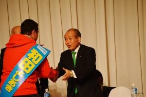 新党大地のセミナーに駆けつけ、登壇する和田よしあき候補と握手する鈴木宗男代表(右)。4月16日、北海道・札幌。(撮影/横田一)
