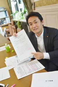資料を説明する玉木雄一郎衆院議員。6月1日、東京・千代田区。(撮影/横田一)