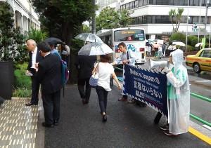 三菱重工の株主総会会場前でアピールするNAJATメンバー。東京・港区。(提供/杉原浩司)