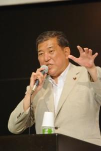 アベノミクスを批判する石破茂地方創生大臣。6月29日、岩手県。(撮影/横田一)