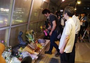 明石歩道橋事故から15年、事故現場を訪れた遺族ら。7月21日。(撮影/粟野仁雄)