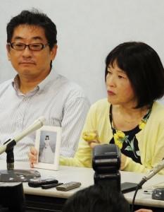 めぐみさんの写真を手に会見する青木恵子さん(右)。(撮影/粟野仁雄)