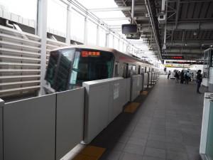 8月23日夕の北千住駅。秋葉原行きつくばエクスプレスの発着時、駅ホームには係員の姿はなし。5月24日にはここで、高齢男性の杖がドアに挟まれるトラブルが起きた。(撮影/片岡伸行)