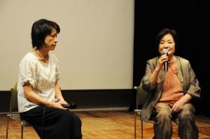朴壽南監督(右)の上映合間のトークショー。今回製作を担った娘の麻衣氏と。(撮影/西村仁美)