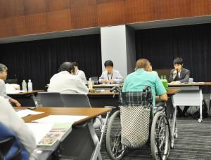 障がい当事者から厳しい追及を受ける厚労省の担当者たち。(撮影/山村清二)