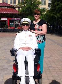 原告のひとり、スティーブ・シモンズ元海軍大尉(前)。(提供/エィミー・ツジモト)