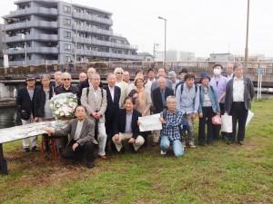 山崎博昭さんの命日に東京・弁天橋で行なわれた献花と黙祷。(撮影/赤岩友香)