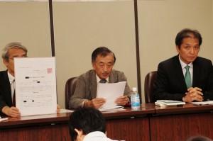 向かって右端が佐藤一樹医師、真ん中が鶴田幸男会長。(撮影/樫田秀樹)