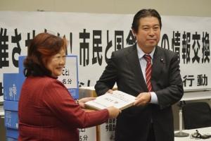 市民と国会議員のTPP反対集会で署名を受け取る福島のぶゆき衆院議員。(撮影/横田一)