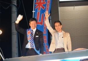 知事選挙戦で米山隆一知事(左)を応援した古賀茂明氏。10月1日。(撮影/横田一)
