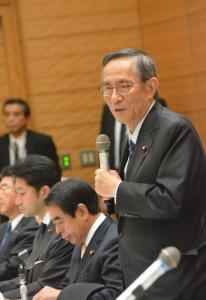 IR推進議連総会で話す細田博之会長(手前)。12月8日。(撮影/横田一)