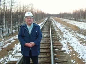 杉浦敏広氏。北海道延伸ならシベリア鉄道の一部となるサハリンの鉄道で。(提供/横田一)