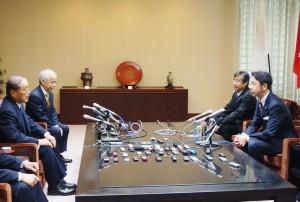 右手前が米山隆一知事。左手奥から東電・廣瀬直己社長と數土文夫会長。(撮影/横田一)