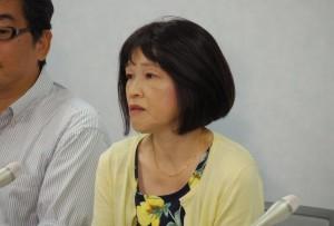 青木惠子さん(右)。昨年8月、大阪司法記者クラブで。(撮影/粟野仁雄)