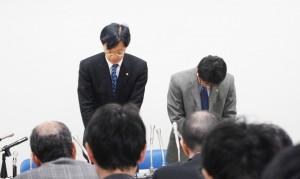 会見をする谷川浩司日本将棋連盟会長(左)と片上大輔常務理事。この後辞任したのは島朗常務理事のみ。(撮影/編集部)