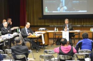 1月14日の専門家会議。正面に平田健正座長。小島敏郎顧問(左上で腕を組む男性)もオブザーバーとして同席。(撮影/横田一)