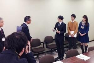 小田原市役所内で市職員に公開質問状を手渡す稲葉剛氏。右端が筆者。(提供/雨宮処凛)
