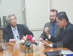 「トモダチ作戦」の被曝兵士(右側2人)と、話を聴いて後に基金を設立した小泉純一郎元首相。2016年5月、米国・サンディエゴ。(撮影/エィミー・ツジモト)