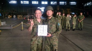 防衛省・自衛隊沖縄地方協力本部が2016年11月21日に公開した迷彩服姿の井上和彦氏(左)と自衛隊員。(同地本Facebook公式アカウントより)